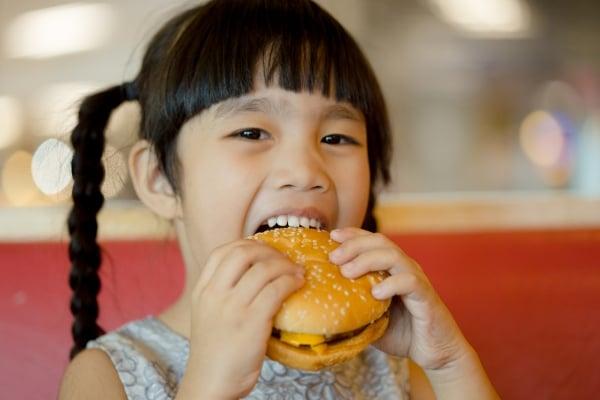Children eat chicken cheese Hamburger Food Court