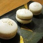 塩黒糖クリームのココナツマカロン
