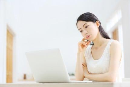 ノートパソコン・若い女性
